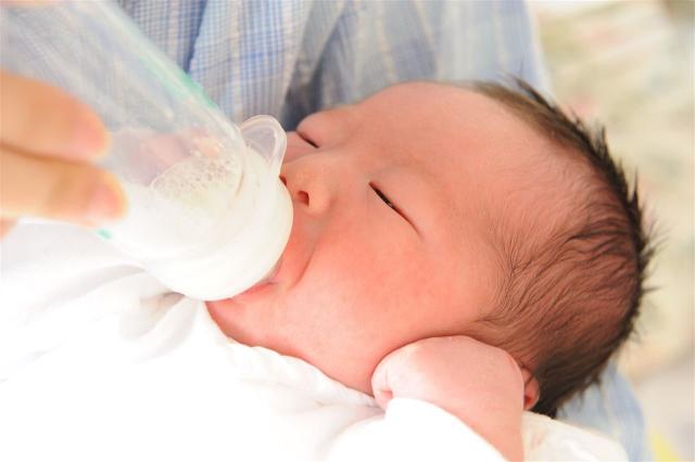 新生児のミルクの量の目安は?混合の場合どれくらい?