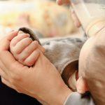 新生児が飲むミルクの量はどのくらい?間隔の目安は?