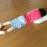 イヤイヤ期の子が床に寝転ぶのはなぜ?理由と対応方法についてのまとめ